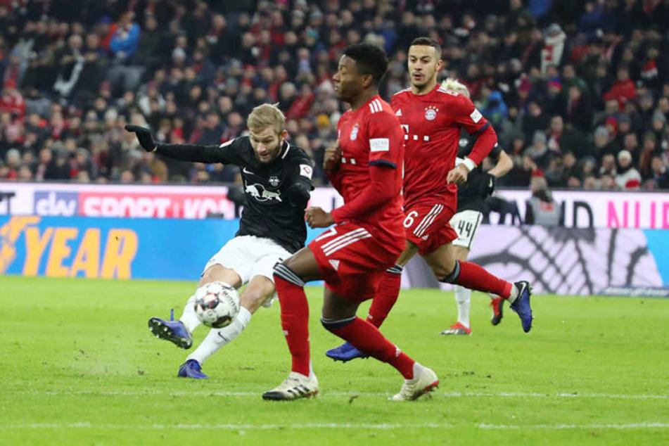 Eine der wenigen Chancen der ersten Halbzeit hatte Leipzigs Konrad Laimer (l.) dessen Schuss Manuel Neuer jedoch mühelos halten konnte.