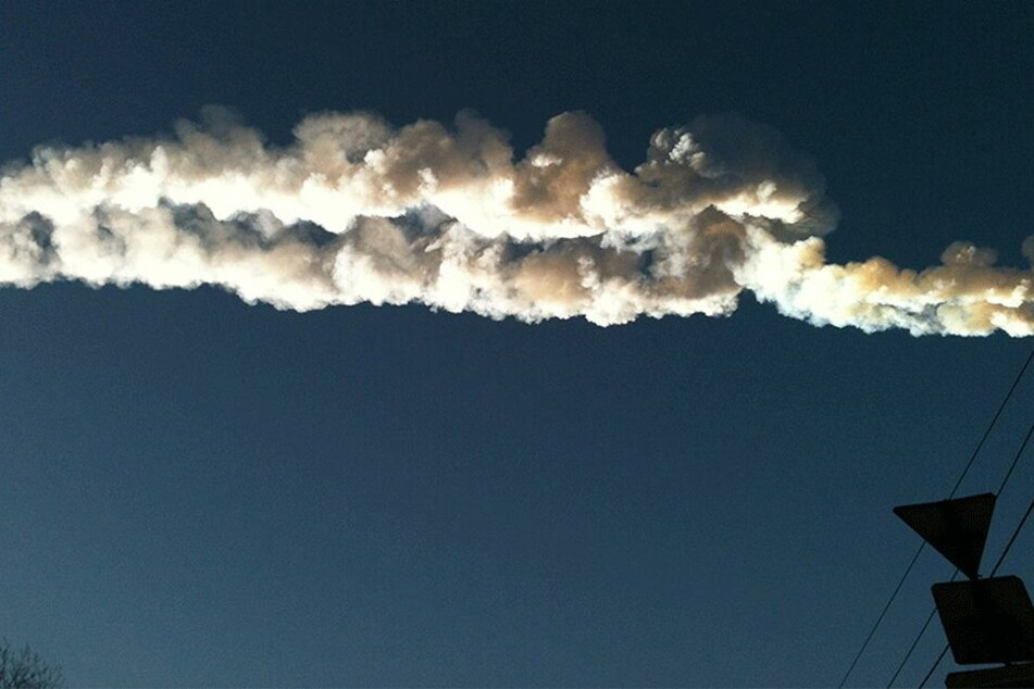 2013 hinterließ ein Meteorit am Himmel über der Stadt Tscheljabinsk eine weiße Spur.