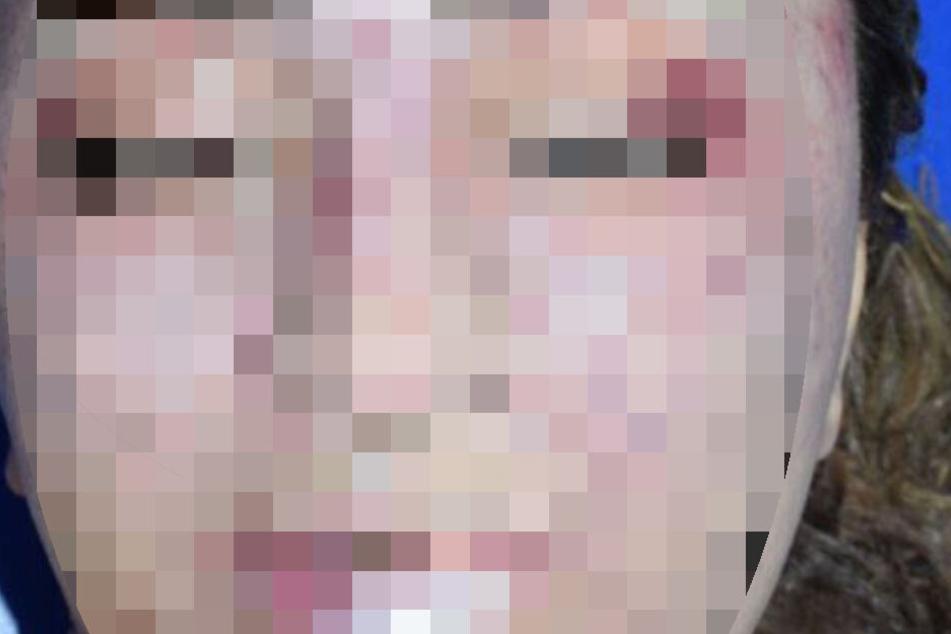 Im Gesicht der Frau sind Verletzungen zu erkennen.