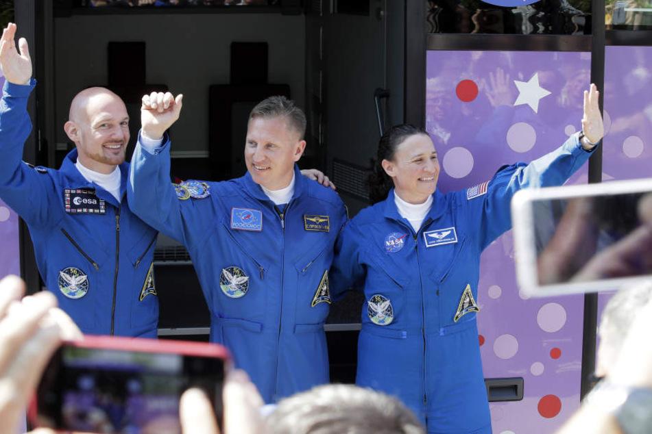 Der deutsche Astronaut Alexander Gerst (l-r), der russische Kosmonaut Sergej Prokopjew und die US-amerikanische Astronautin Serena Aunon-Chancellor winken vor ihrer Abfahrt mit einem Bus vom Hotel zum Kosmodrom.