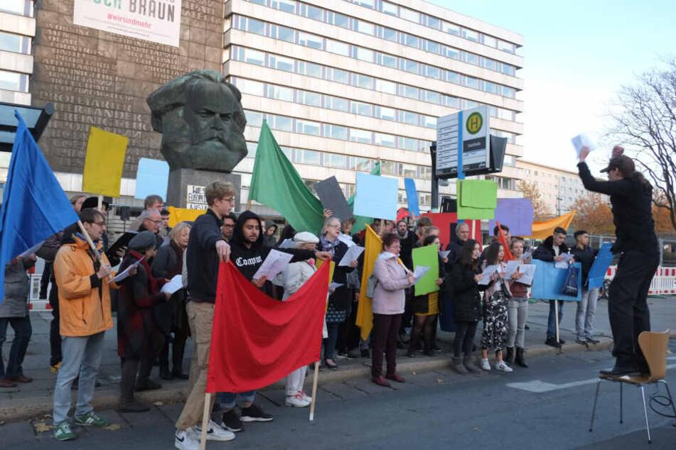 Etwa 60 Menschen nahmen bei der Chor-Kundgebung vor dem Karl-Marx-Monument in der Brückenstraße teil.