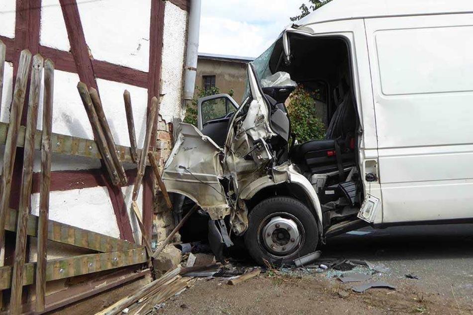 VW-Transporter kracht gegen Hauswand: Fahrer schwer verletzt!