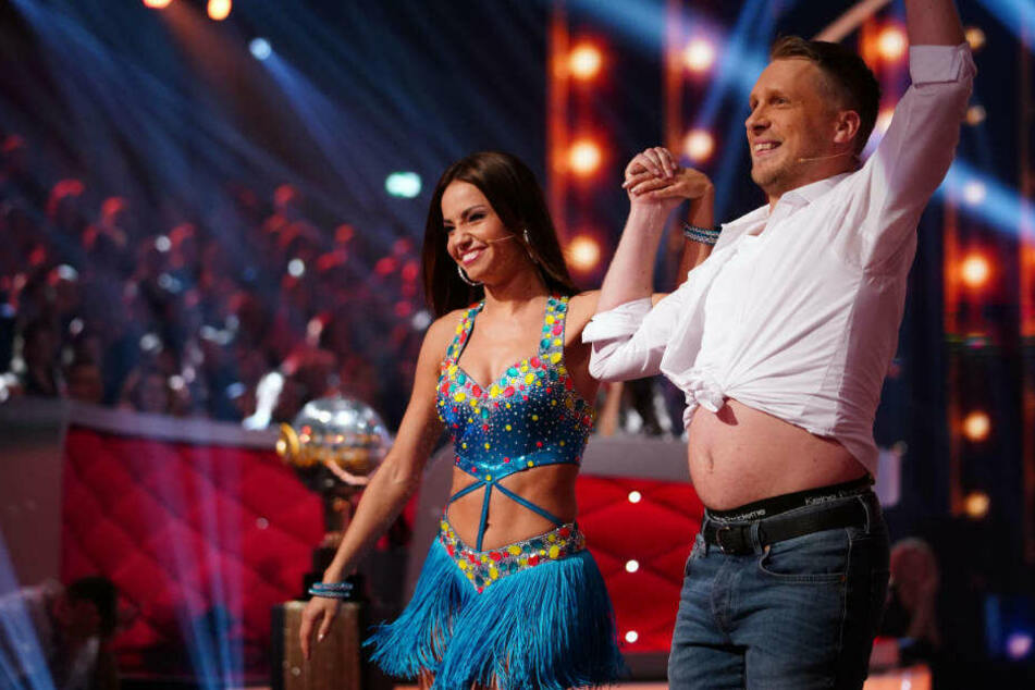 Oliver Pocher zeigt Plauze. Seine Tanzpartnerin Christina Luft erträgt's mit einem Lächeln.