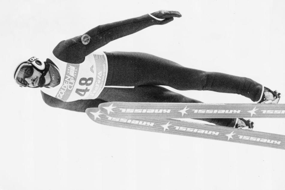 Manfred Deckert im Flug. Der Vogtländer gewann 1982 die Vierschanzentournee.