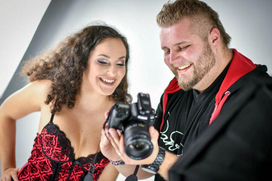 """Motivcheck bei Shooting-Halbzeit: Fotograf Daniel Kögler (26) mit Model """"Aphrodite"""" (20). Beide arbeiten das zweite Mal zusammen."""