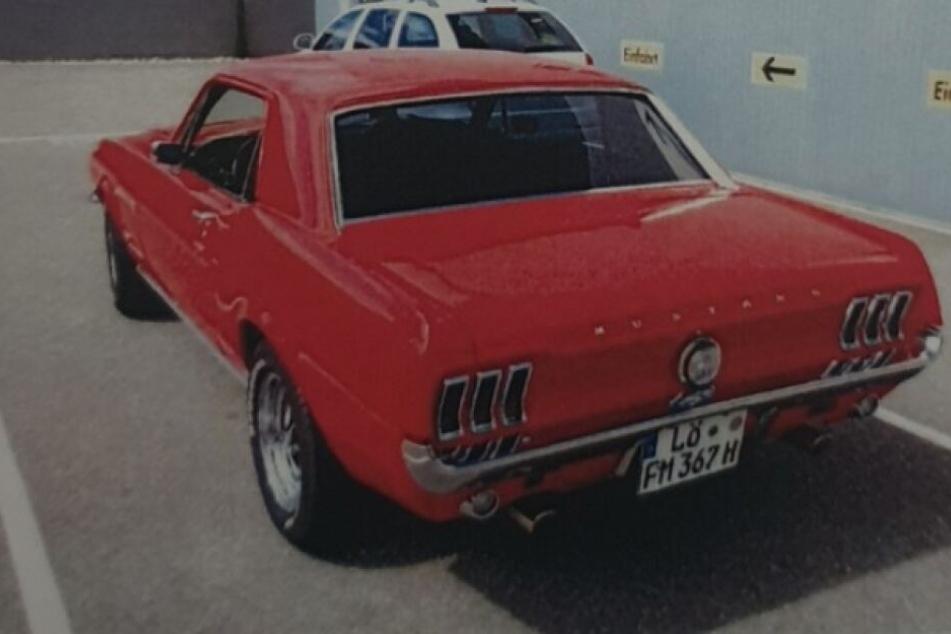 Die Polizei sucht Zeugen für den gestohlenen Ford Mustang.