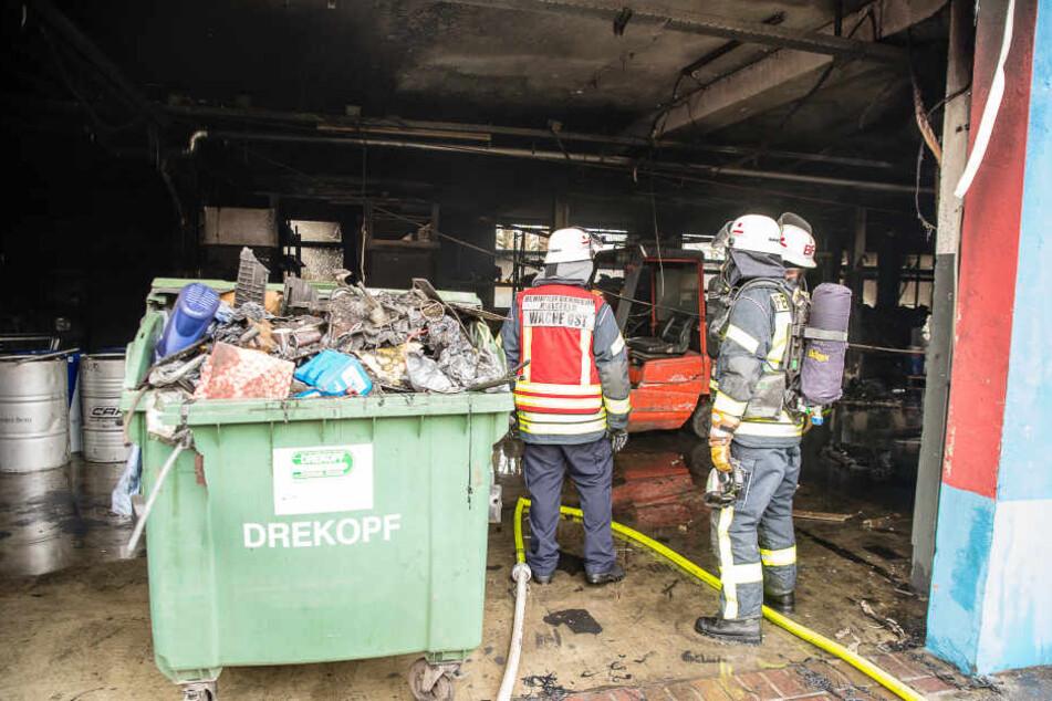 Viel Müll versperrte der Feuerwehr den Weg.