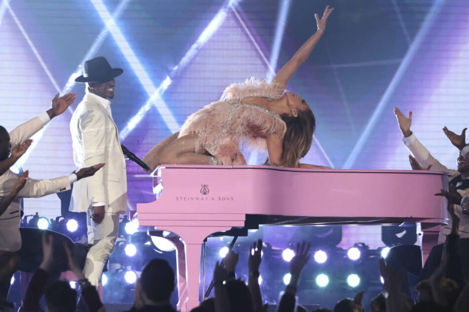 Ne-Yo und Jennifer Lopez legten einen gemeinsamen Auftritt hin.