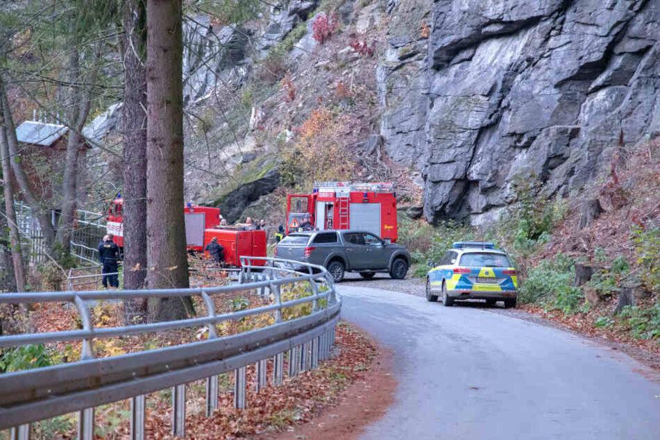 Rettungskräfte sind vor Ort um die Leiche zu bergen.