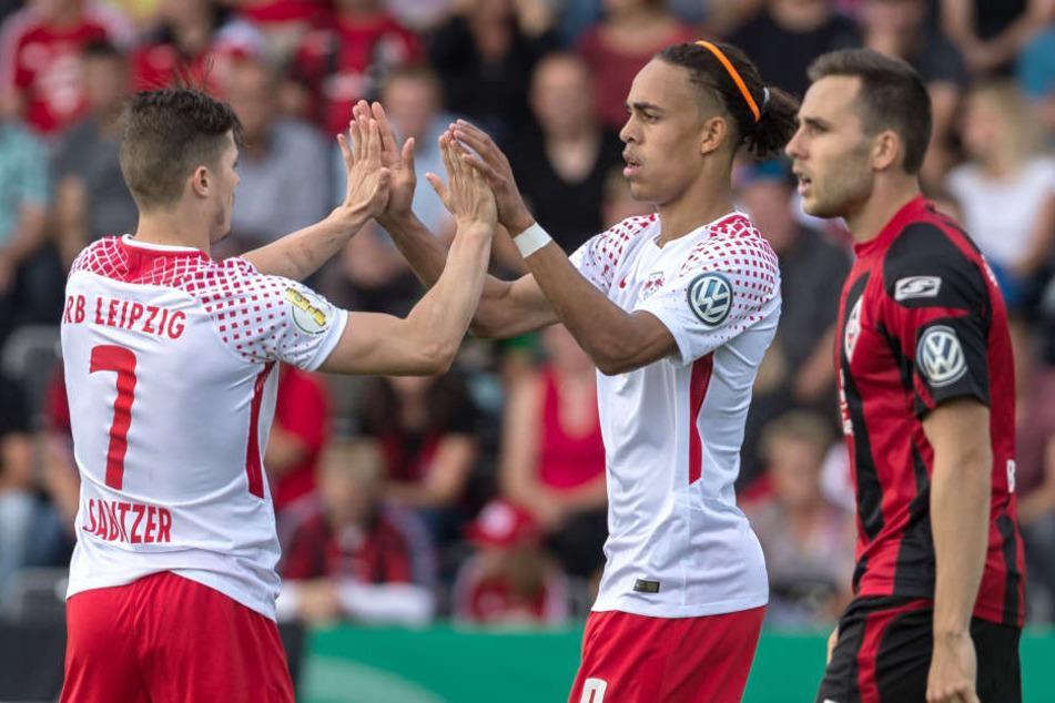 Marcel Sabitzer (l.) und Yussuf Poulsen (M.) waren die Sieggaranten für RB Leipzig. Sie erzielten zusammen drei der fünf Tore.