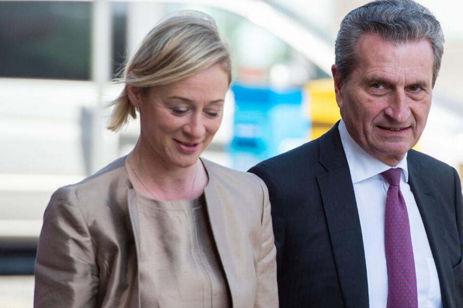 Günther Oettinger (CDU), EU-Kommissar für Haushalt und Personal, und seine Partnerin Friederike Beyer kommen zu einem Empfang der Stadt Hannover zum 75. Geburtstag von Altkanzler Schröder im Neuen Rathaus.