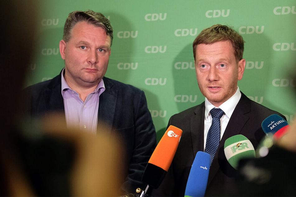 Der CDU-Landesvorsitzende, Ministerpräsident Michael Kretschmer, und sein Fraktions-Vorsitzender Christian Hartmann sprachen nach der Sitzung des Landesvorstands in zahlreiche Mikrofone.