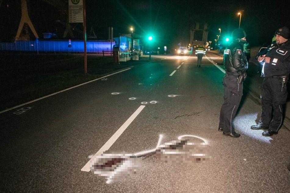 Unfall Hamburg: Blutlachen sind an der Stelle auf dem Asphalt, wo der Fußgänger aufschlug.