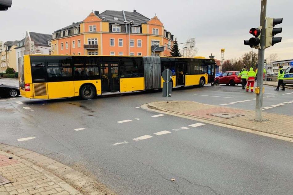 """Auch in Heidenau: An der Kreuzung Dresdner Straße / Siegfried-Rädel-Straße haben sich am Vormittag Bus und PKW """"getroffen""""."""