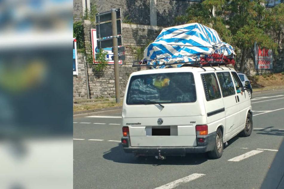 Der weiße VW-Bulli war völlig überladen.