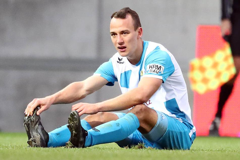 Timo Mauer sitzt enttäuscht am Boden. Gegen Babelsberg hatte er kurz vor Spielende sein erstes Saisontor auf dem Fuß und vergab die Chance.