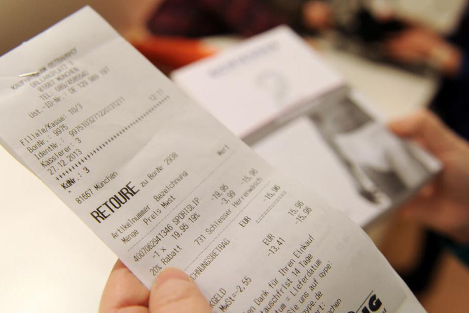 Eine Kassiererin vergleicht eine Retouren-Quittung mit der dazugehörigen Ware. Online-Händler in Deutschland haben allein im vergangenen Jahr 7,5 Millionen zurückgeschickte Artikel entsorgt, obwohl sie diese hätten spenden oder wiederverwerten können.