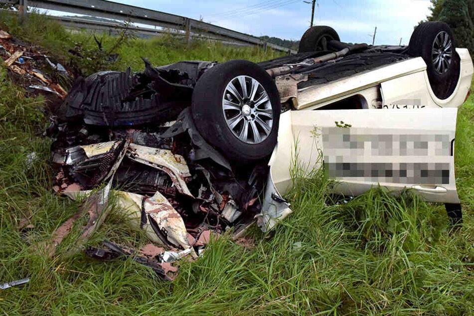 Zwei Männer schwer verletzt: Taxi schleudert gegen Baum und überschlägt sich