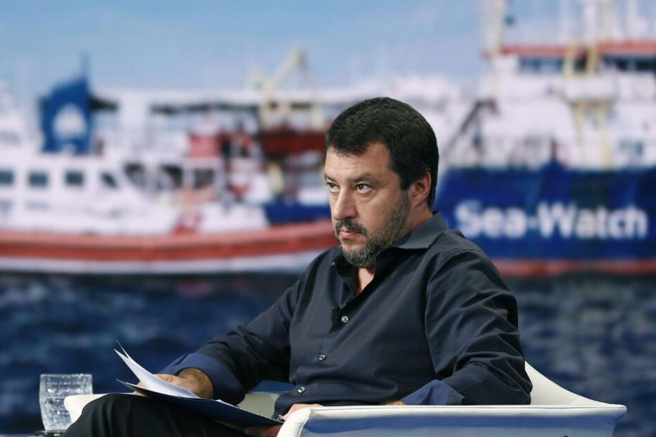 Italiens Innenminister Matteo Salvini sitzt in einer TV-Sendung und spricht über das Thema Seenotrettung.
