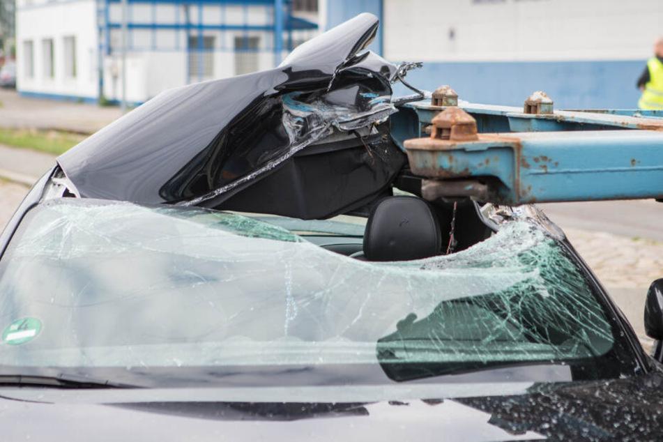 Dramatische Szenen: Auto wird von Lkw-Auflieger durchbohrt!