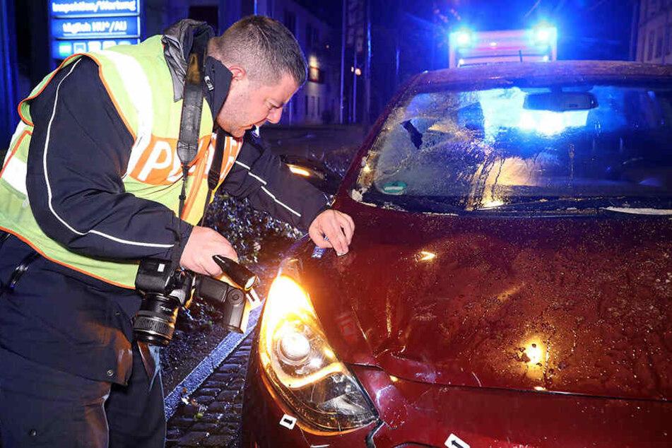 Die Polizei untersucht Spuren am beschädigten Hyundai.