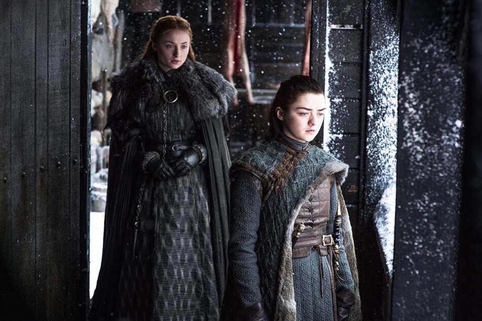 Sansa Stark (l., Sophie Turner) und Arya Stark (r., Maisie Williams) stellen sich gemeinsam mit Jon der drohenden Gefahr.