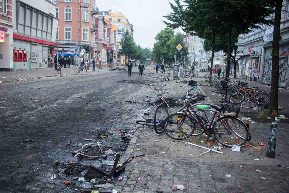Der Morgen nach der blutigen Krawallnacht in Hamburg. So etwas soll sich nicht wiederholen, daher fordert Armin Schuster die rasche und konsequente Schließung linker Szenetreffs.