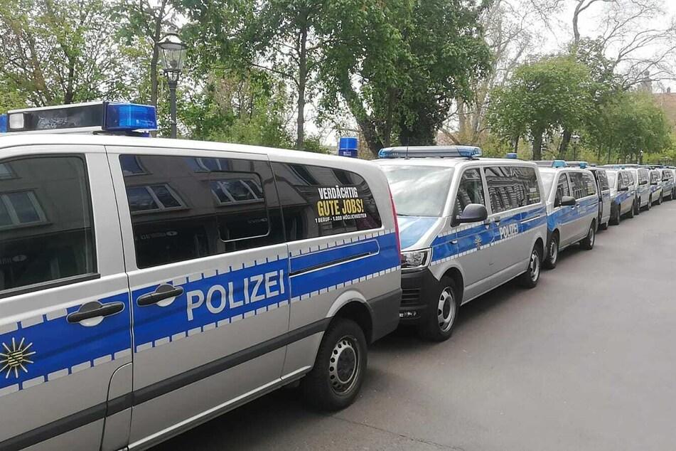 Rund um den Kurt-Masur-Platz sammeln sich die Einsatzkräfte der Polizei.