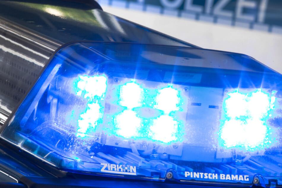 Lkw wird auf A7 von Auto getroffen, kippt und fängt Feuer: Vollsperrung!