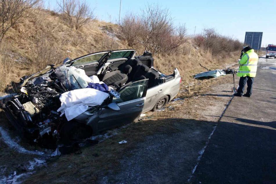 Der Fahrer wurde bei dem Unfall in seinem VW Golf eingeklemmt.