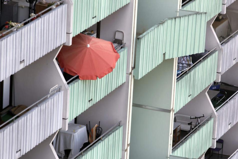 Ahnungslos saßen Mutter und Sohn auf dem Balkon, als das Unglück passierte. (Symbolbild)
