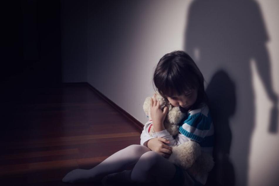 Mehrere kleine Kinder wurden von den Männern missbraucht. (Symbolbild)
