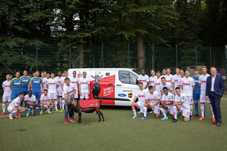 Der 1. FC Köln und Hennes IX. bei der Übergabe des Autos.