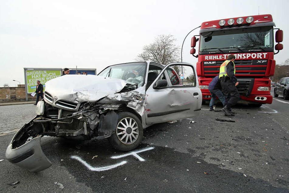 Als die Nissan-Fahrerin abbiegen wollte, prallte ihr Wagen mit einem Lkw zusammen.