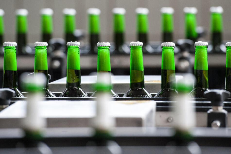 Flaschen mit Bio-Bier werden in der Abfüllanlage auf einem Förderband transportiert.