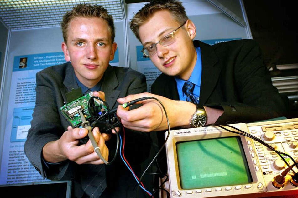 """Sven Tauchmann (l.) baute mit einem Freund diese Fernbedienung und gewann 2002 bei """"Jugend forscht""""."""