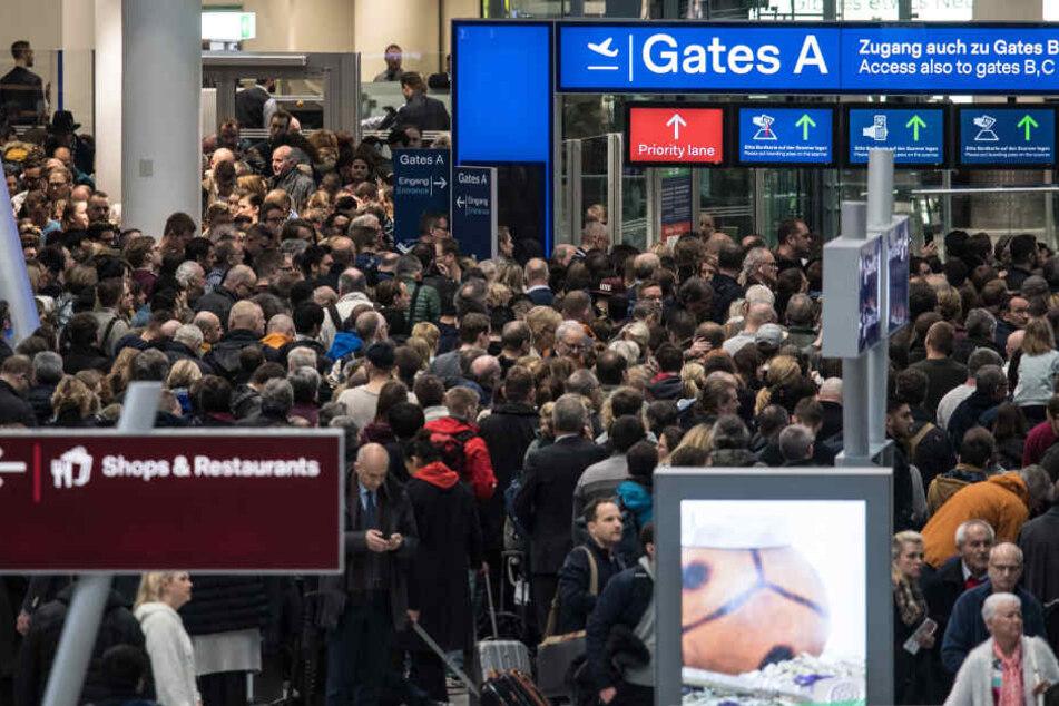 Reisende bei der Räumung am Flughafen Düsseldorf .