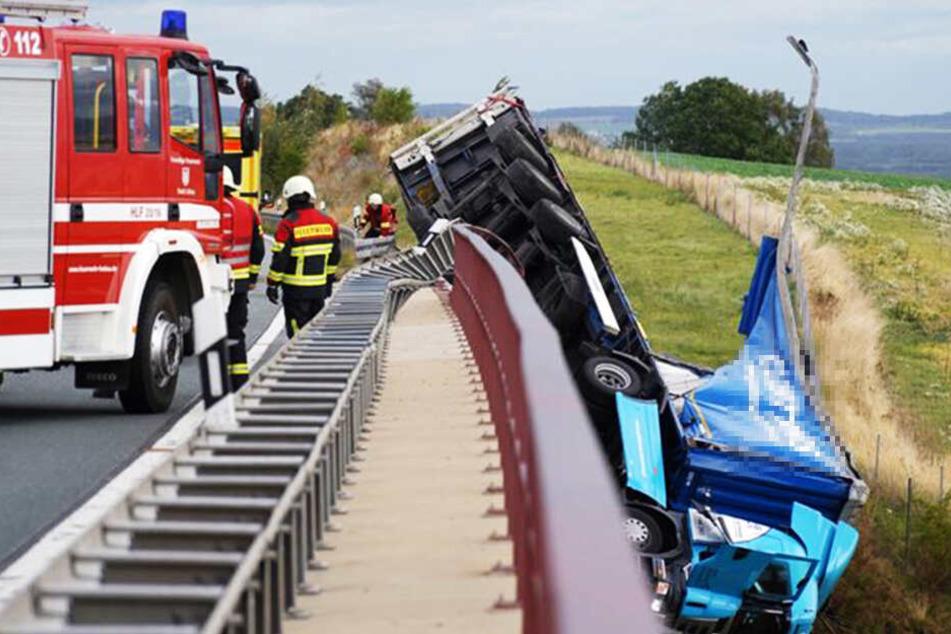 Wind schuld? Lkw-Fahrer kracht Brücke runter