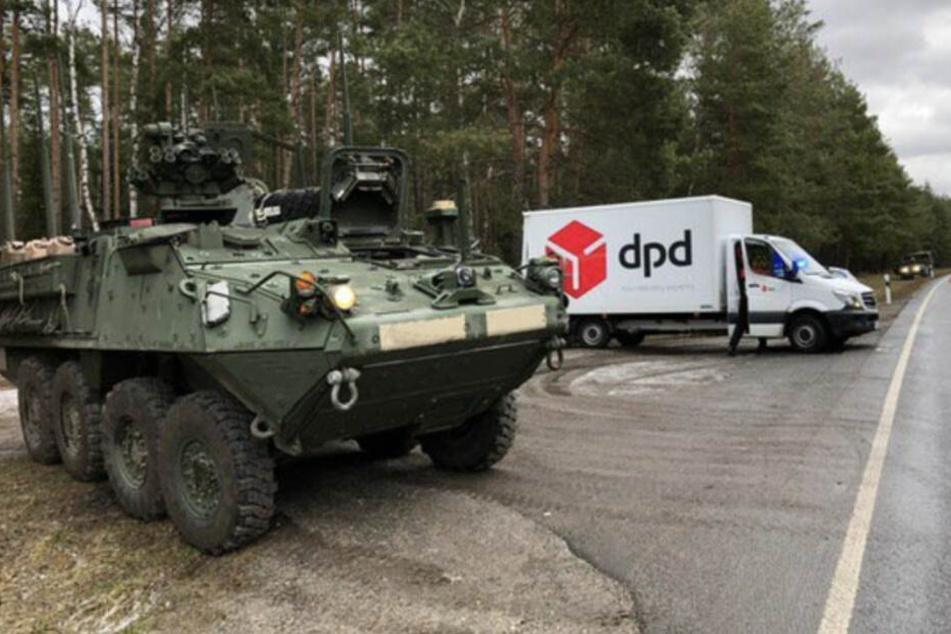 Aus dem Weg! US-Panzer rammt Paketauto an Waldweg