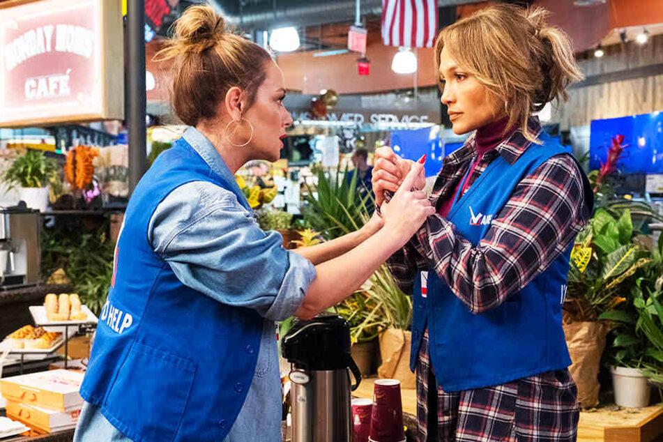 Maya (Jennifer Lopez) bekommt von ihrer besten Freundin Joan (Leah Remini) Mut zugesprochen.