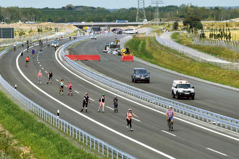 Bevor die Fahrbahn Richtung Chemnitz für den Verkehr freigegeben wurde, durften Fahrradfahrer und Inlineskater die Strecke testen.