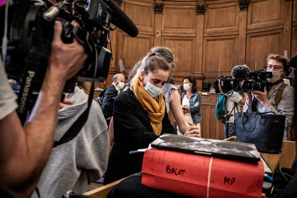 Die Angeklagte Valérie Bacot (40, M), flankiert von ihrer Familie und umgeben von Journalisten, beim Prozessauftakt im französischen Chalon-Sur-Saôn.