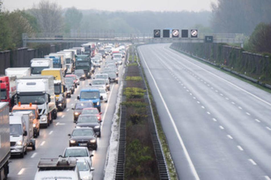 Aktuell staut sich der Verkehr am Autobahnkreuz Bad Oeynhausen nach einem Stau noch auf drei Kilometer. (Symbolbild)