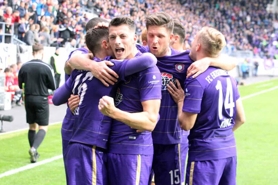 """Trotz dem 1:1 war die Freude bei den """"Veilchen"""" nach dem Spiel gegen Bielefeld groß."""