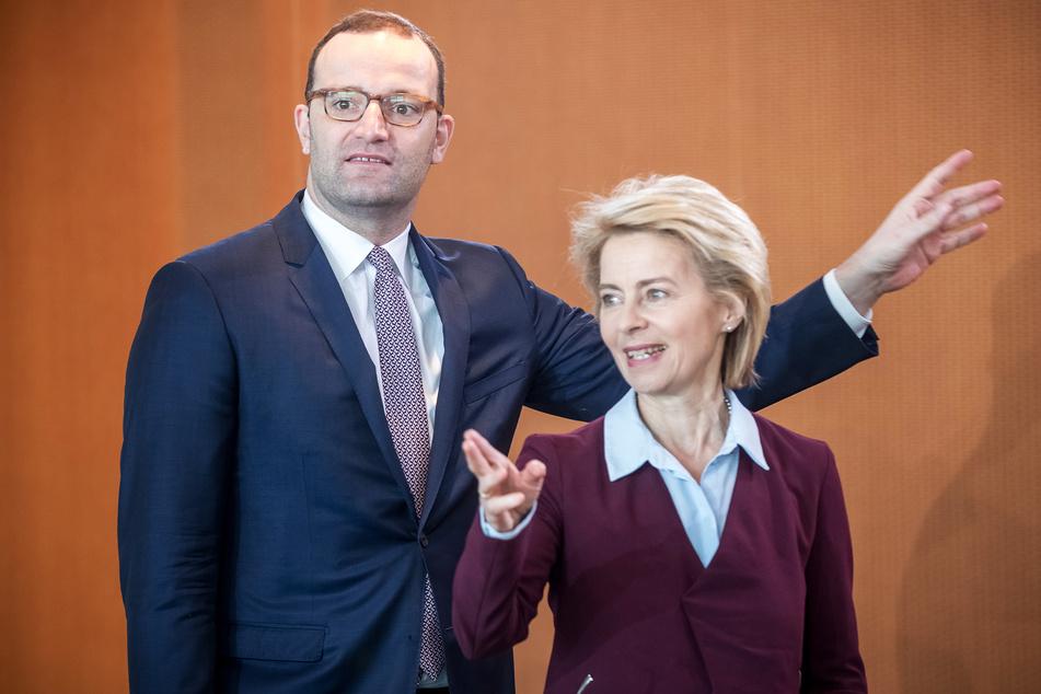 Die Bevölkerung rechnet es vor allem Jens Spahn (40, CDU, l.) und Ursula von der Leyen (62, CDU) an, dass es zum Impf-Debakel kam.