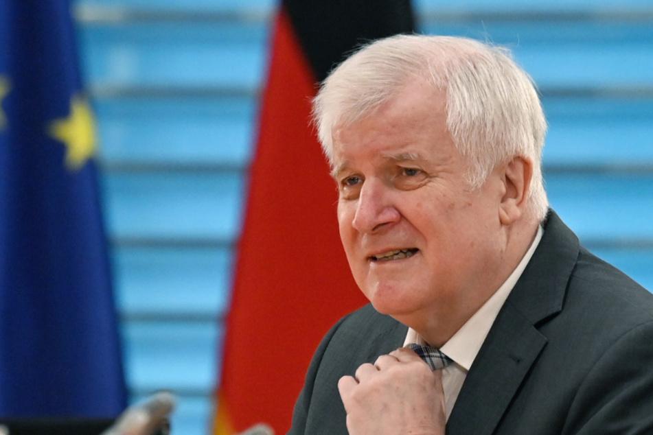 Bundesinnenminister Horst Seehofer (71, CSU) richtet seine Krawatte.