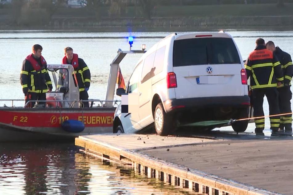 Die Feuerwehr zog das Auto aus der Alster.