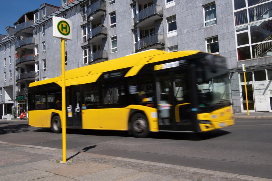 Berlin: Ein Bus fährt an einer Haltestelle vorbei.