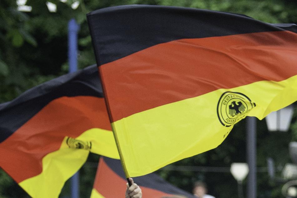 Ein Deutschland-Fan schoss vor Freude mit seinem Gewehr in die Luft. (Symbolbild)
