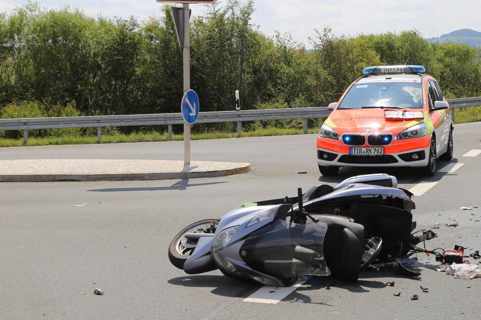 Der zerstörte Roller des Verstorbenen liegt an der Unfallstelle.